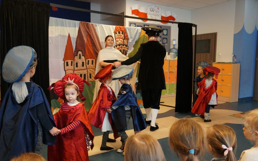 """Wspaniałe warsztaty teatralne orazspektakl pt: """"O dzielnym rycerzu, któryodkrył tajemnicę niesfornych księżniczek"""" przedstawił Teatr Brzechwy."""