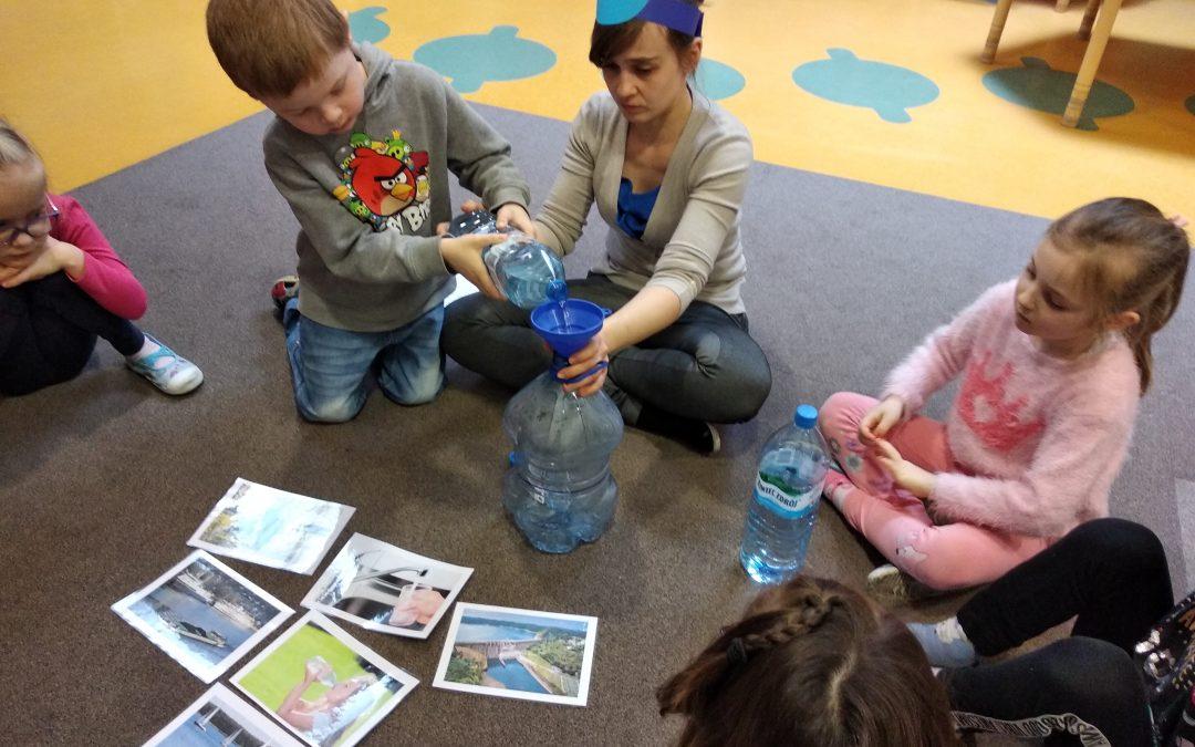 Dzień Wody – poznaliśmy rolę wody wżyciu naszej planety ijej mieszkańców. Dowiedzieliśmy się również jaki jest jej obieg orazzbadaliśmy jej właściwości