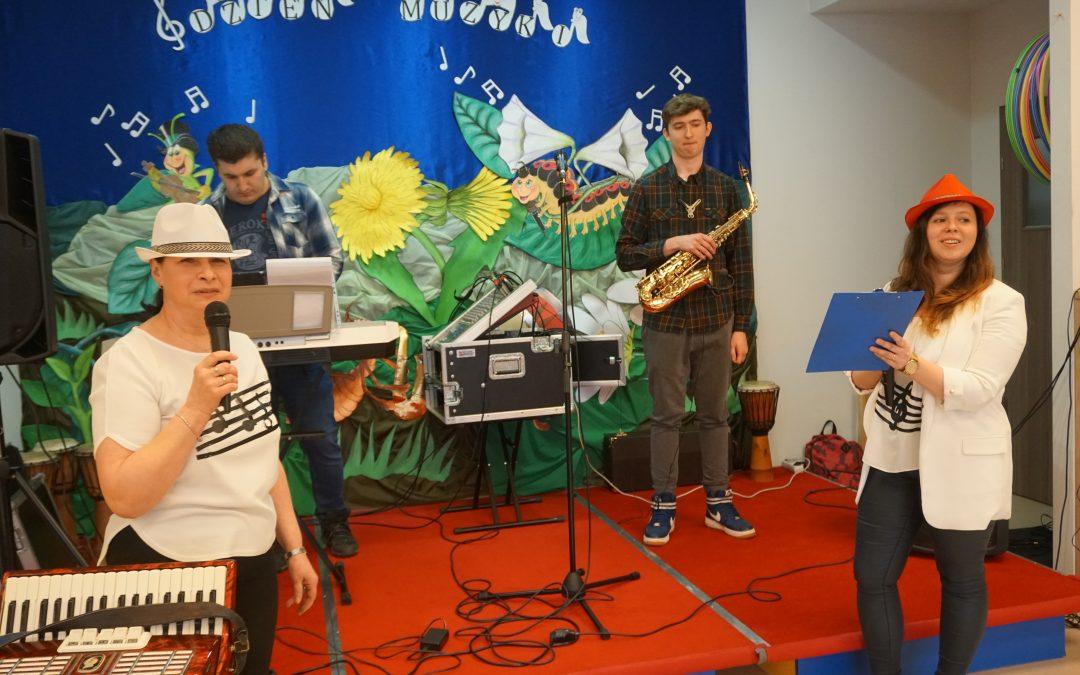 28.03.2019 – Wnaszym przedszkolu zabrzmieli instrumentaliści jazzowi. Poznaliśmy instrumenty muzyczne orazsami wykonaliśmy marakasy dowspólnego muzykowania.