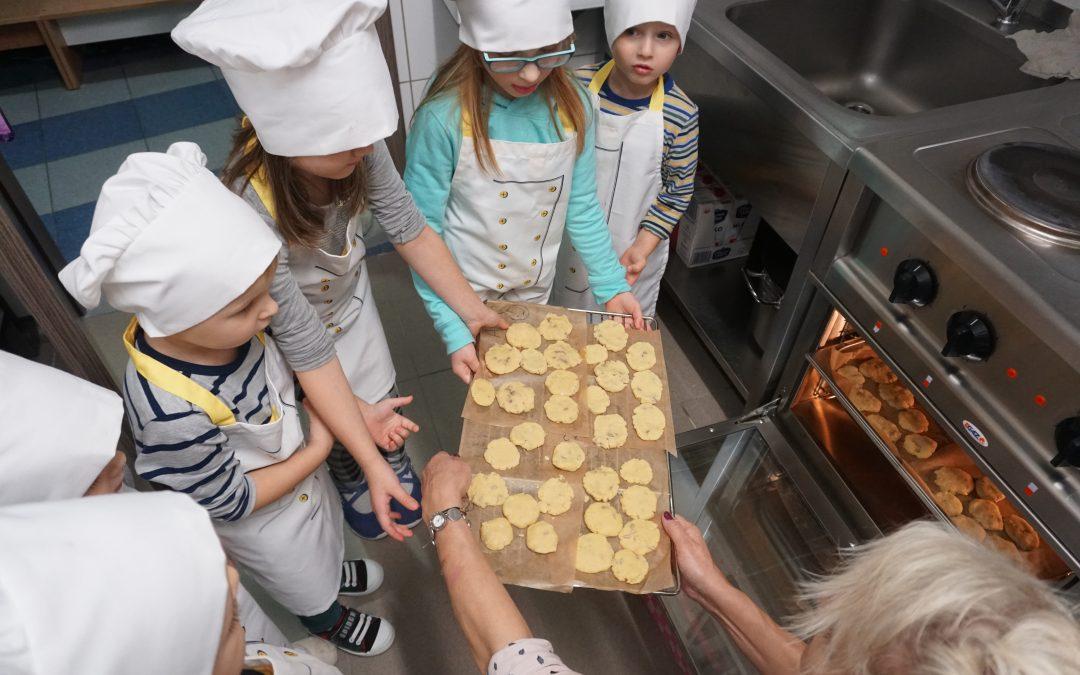 15.11.2019 – Przepyszne ciasteczka wypiekają przedszkolaki podczas warsztatów Akademii Zdrowia Małego Kucharza.