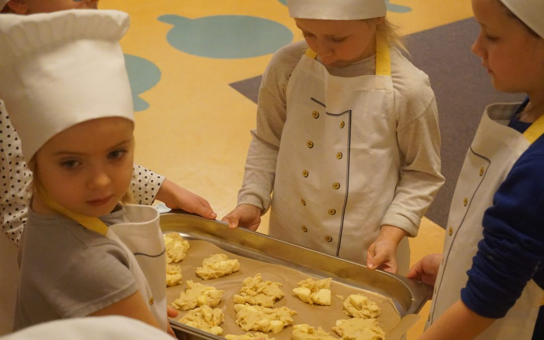 21.11.2019 – Dzisiaj delektujemy się włoskimi ciasteczkami zowocami podczas cotygodniowych warsztatów. Mali adepci Akademii Zdrowia Małego kucharza opanowali już wwysokim stopniu wiele podstawowych czynności niezbędnych wsztuce kulinarnej. Brawo !!!