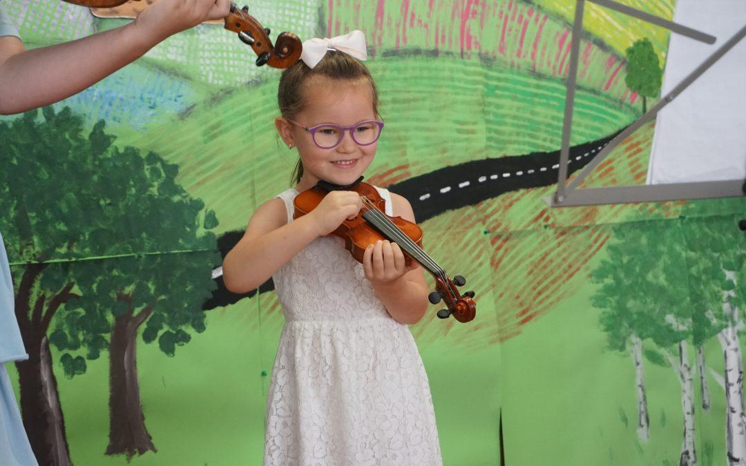 26.08.2020 – Zzachwytem słuchamy koncertu naszej utalentowanej skrzypaczki Inki.