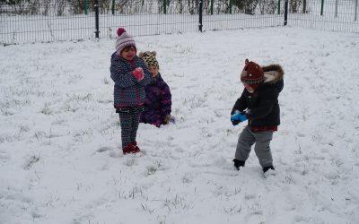 Śnieg pada, śnieg pada, cieszą się dzieci !!!