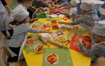 Dzieci komponują swoje ulubione pizze.